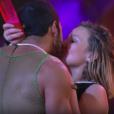 Matheus e Cacau deram um beijão no meio da pista de dança enquanto tocava 'Hotline Bling', do Drake