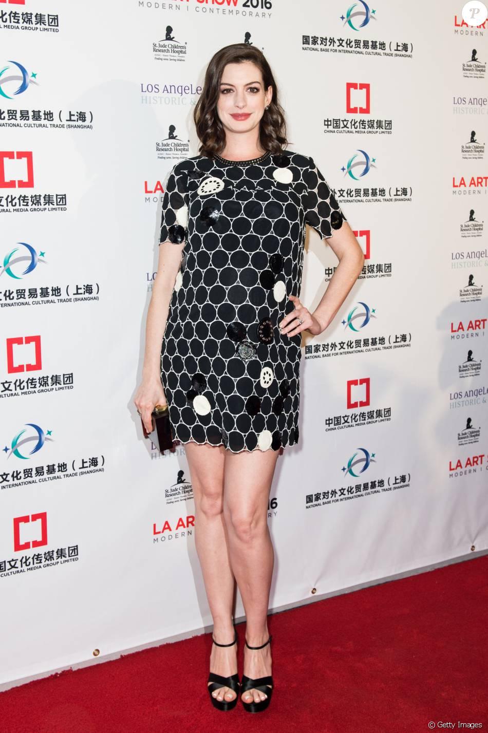 Discreta, Anne Hathaway optou por um vestido preto para disfarçar a barriguinha de gravidez