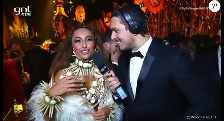 Ex-namorado de Sabrina Sato, João Vicente de Castro entrevista a apresentadora no Baile da Vogue, na noite desta quinta-feira, 28 de janeiro de 2015
