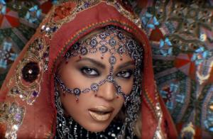 Beyoncé aparece de indiana em clipe do Coldplay e fãs vibram: 'Rainha'. Vídeo!