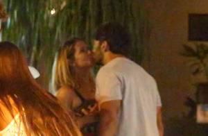Deborah Secco troca beijos com o marido, Hugo Moura, em restaurante. Fotos!