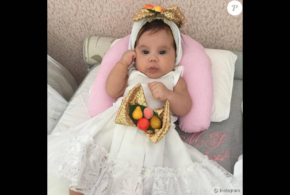 Deborah Secco  fantasiou a pequena Maria Flor de baiana, com vestido branco bem rodado e adereço colorido na cabeça, nesta quinta-feira, 4 de fevereiro de 2016
