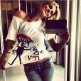 Mãezona, Carolina Dieckmann posa para foto usando uma blusa pintada pelo seu próprio filho caçula, José