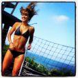 Dona de um corpo perfeito, a atriz não se intimida ao posta uma foto brincando no pula pula em sua conta do Instagram