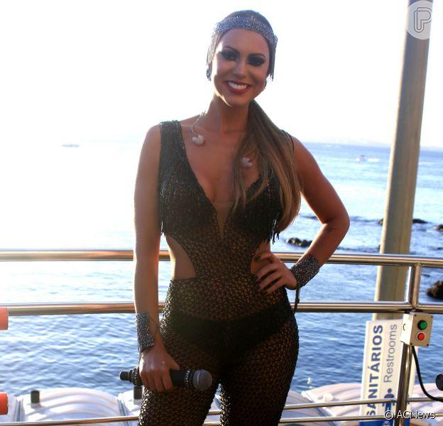 Vina Calmon ousou com look transparente no Carnaval de Salvador nesta sexta-feira, 5 de dezembro de 2016