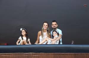 Mais magro, Luciano Camargo visita camarote da Sapucaí com a família. Fotos!