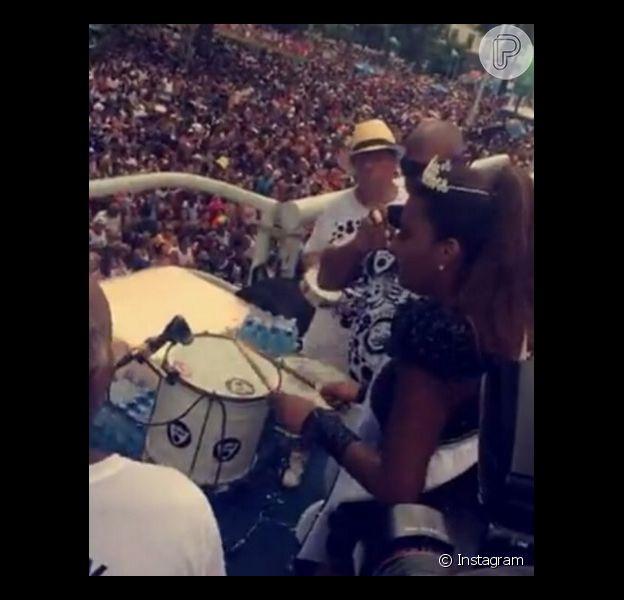 Ludmilla tocou na bateria ao estrear no posto de rainha do Cordão da Bola Preta neste sábado de Carnaval, 6 de fevereiro de 2016