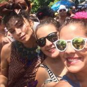 Grazi Massafera curte bloco de Carnaval em ruas do Rio e tira fotos com os fãs