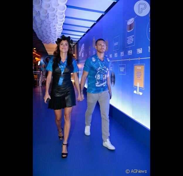 Thaila Ayala chega de mãos dadas com o namorado, Adam Senn, em camarote do Rio, neste domingo, 7 de fevereiro de 2016
