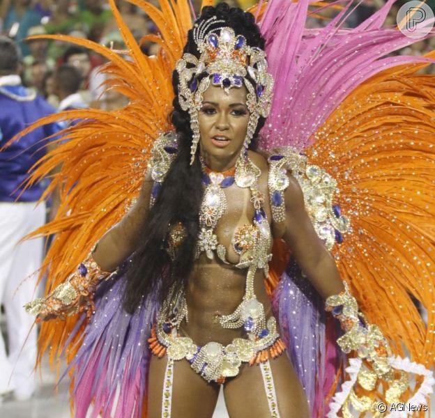 Raissa Oliveira exibe boa forma ao desfilar pela Beija-Flor nesta segunda-feira (8)