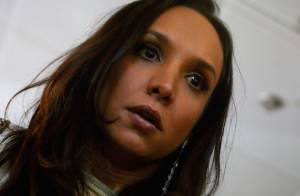 'Amor à Vida': Alejandra volta ao Brasil com drogas no estômago e passa mal