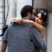 Débora Falabella e Murilo Benício trocam beijos e abraços em passeio no RJ
