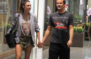 Thaila Ayala e Paulinho Vilhena vão ao cinema e fazem passeio em shopping do Rio