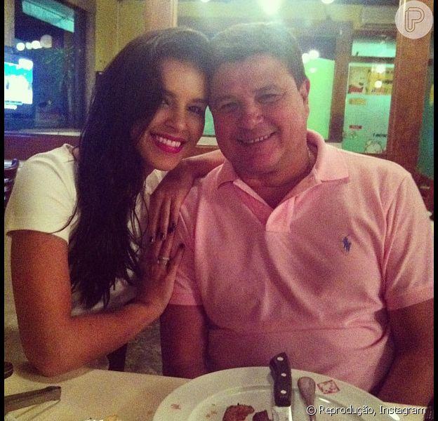 Mariana Rios comemorou o aniversário do pai, Alonso, com churrasco e sobremesa, na útlima segunda-feira (16)