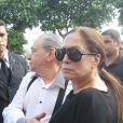 Vicente Sesso, pai adotivo de Marcos Paulo, chega ao velório do filho acompanhado da atriz Susana Vieira, em novembro de 2012