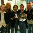 Em 2004, integrantes do Iron Maiden posam ao lado do cantor de jazz Jamie Cullum