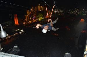Rock in Rio: Malvino Salvador se diverte em tirolesa e troca telefone com fã