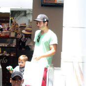 Sem Cristiane Dias, Thiago Rodrigues cuida do filho, Gabriel, durante passeio