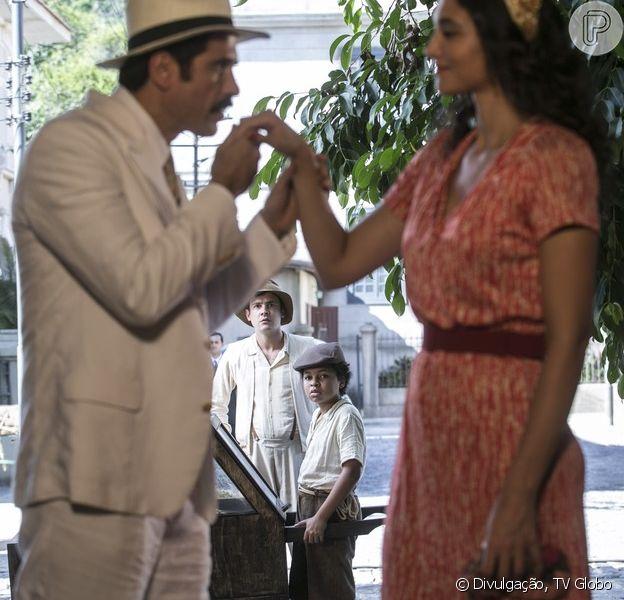 Candinho (Sergio Guizé) vê Filomena (Débora Nascimento) aceitar o pedido de noivado de Ernesto (Eriberto Leão), na novela 'Êta Mundo Bom!', em 4 de março de 2016