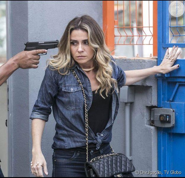 Atena (Giovanna Antonelli) é setenciada de morte por Gibson (José de Abreu) e fica na mira da arma de Tio (Jackson Antunes), na novela 'A Regra do Jogo'