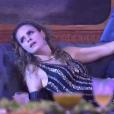 Bêbada, Ana Paula observa a festa