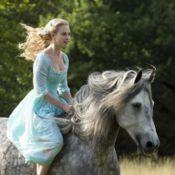 Lily James aparece vestida de Cinderela em 1ª foto divulgada pela Walt Disney