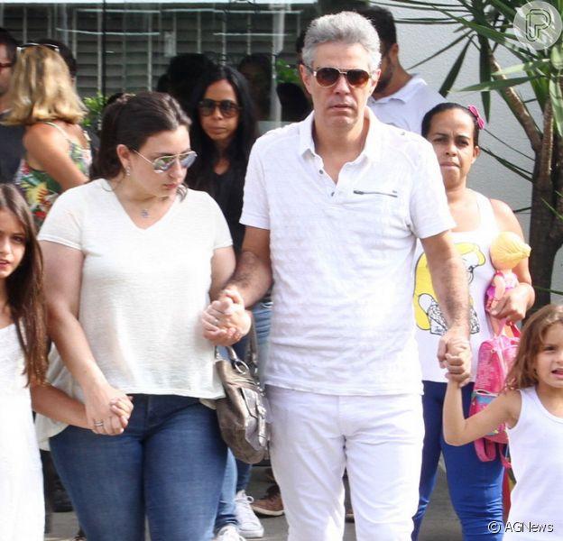 Nizo Neto aparece ao lado de família no velório do filho, Rian Brito, realizado neste domingo, dia 6 de março de 2016