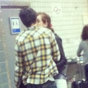 Sophia Abrahão beija Fiuk em aeroporto de São Paulo