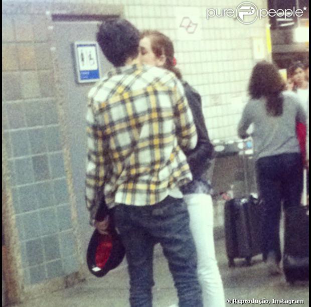 Sophia Abrahão e Fiuk são vistos aos beijos no aeroporto de Guarulhos, em São Paulo, em 22 de setembro de 2013