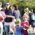Jennifer Garner em passeio com as filhas