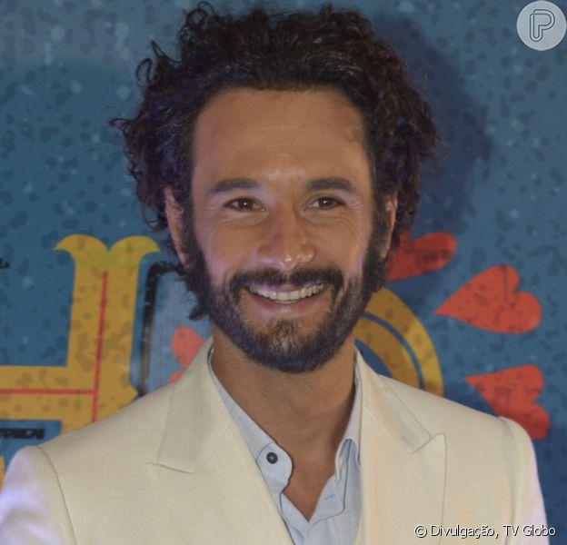 Rodrigo Santoro chegou à festa da novela 'Velho Chico' usando lápis de olho: 'É o resto da maquiagem da gravação', explicou