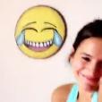 Bruna Marquezine posa sorridente durante a aula de dança