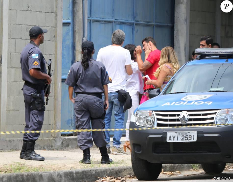 'A Regra do Jogo': Cauã Reymond e Vanessa Giácomo gravam saída de Tóia da prisão, nesta quinta-feira, 10 de março de 2016