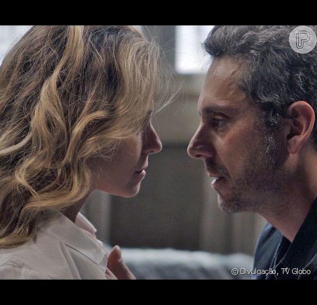 Vilã da novela 'A Regra do Jogo', Atena (Giovana Antonelli) já salvou a vida de Romero (Alexandre Nero) inúmeras vezes