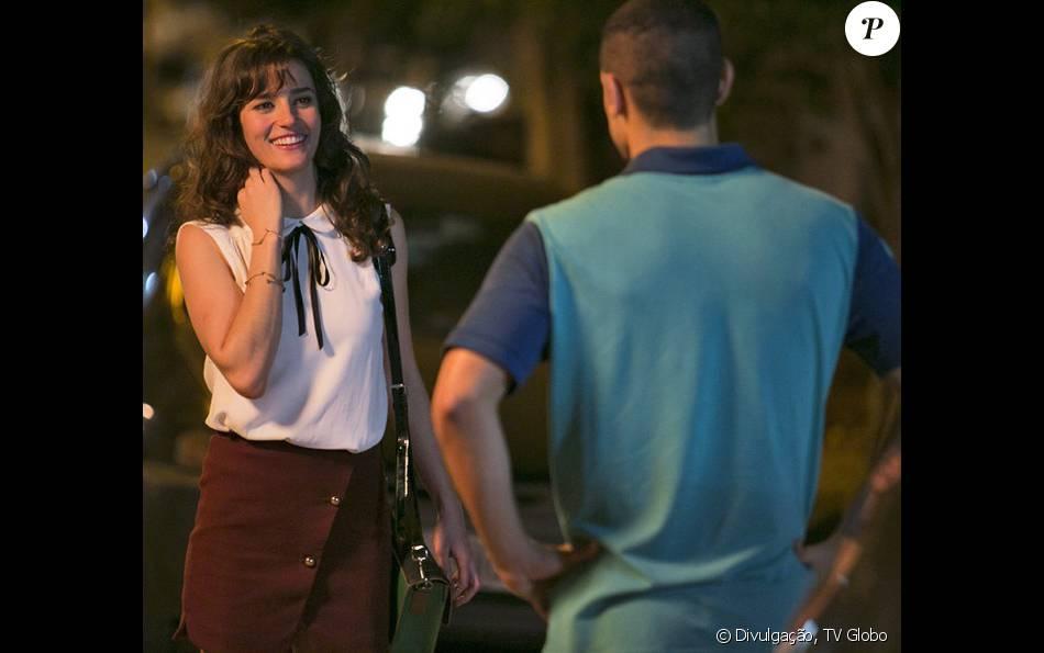Sofia (Priscila Steinman) procura Jacaré (Sérgio Malheiros) na cadeia e exige que ele ajude-a a conseguir dinheiro, na novela 'Totalmente Demais', em 6 de abril de 2016