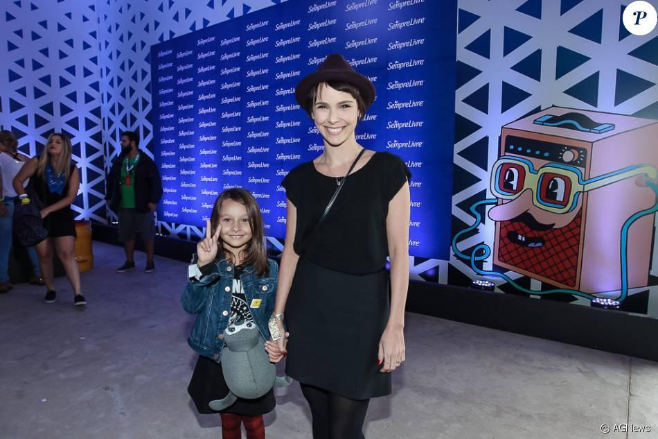 Débora Falabella leva a filha, Nina, de 6 anos, ao Lollapalooza, neste domingo, 13 de março de 2016