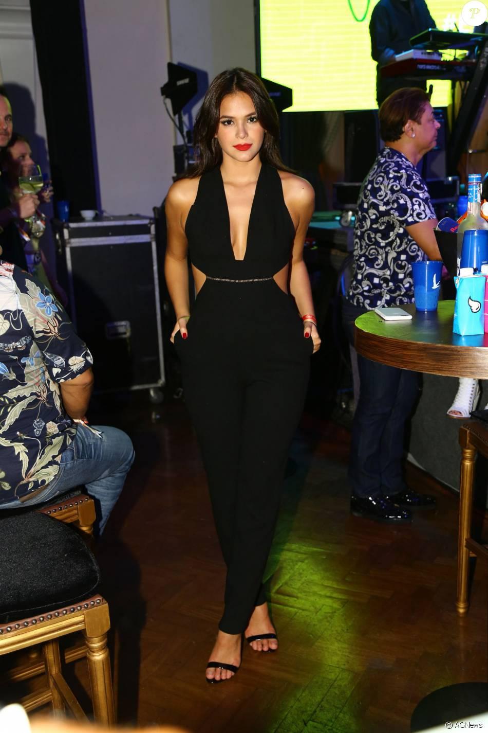 A atriz Bruna Marquezine apostou em macacão preto para o aniversário da promoter Carol Sampaio, que aconteceu na noite deste domingo, 13 de março de 2016