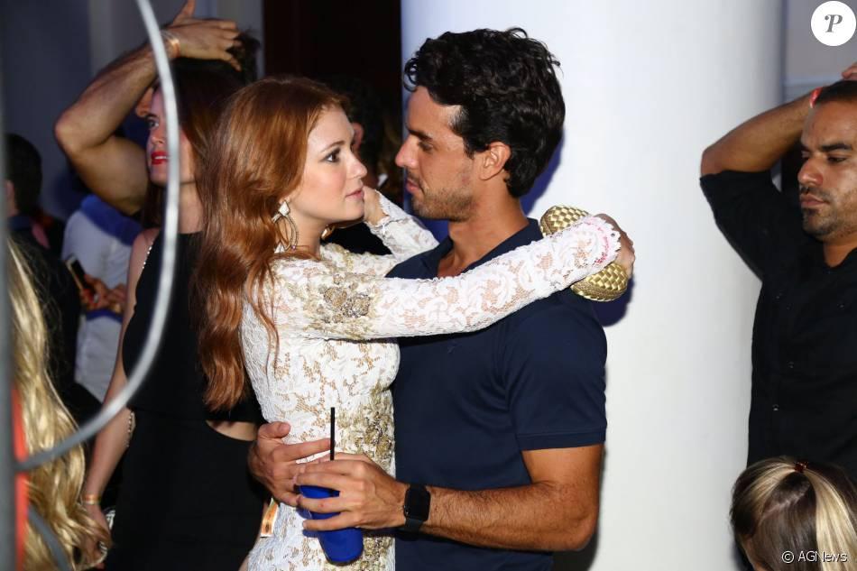 Marina Ruy Barbosa e o namorado, Xandinho Negrão, não se desgrudaram durante a festa de aniversário de Carol Sampaio, neste domingo, 13 de março de 2016