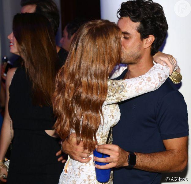 Marina Ruy Barbosa e o namorado, Xandinho Negrão, trocaram beijos durante a festa de aniversário de Carol Sampaio, neste domingo, 13 de março de 2016