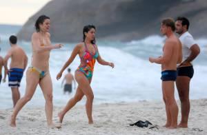 Carol Castro usa maiô decotado e atrai olhares na praia da Joatinga. Fotos!