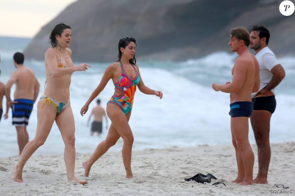 Carol Castro aproveitou a praia da Joatinga na tarde desta segunda-feira, dia 14 de março de 2016