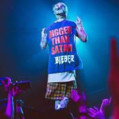Justin Bieber usa camiseta com frase polêmica em show: 'Maior que satã'