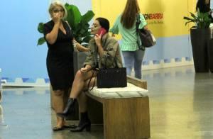 Juliana Paes aposta em bolsa de quase R$ 7 mil para passeio com a mãe. Fotos!
