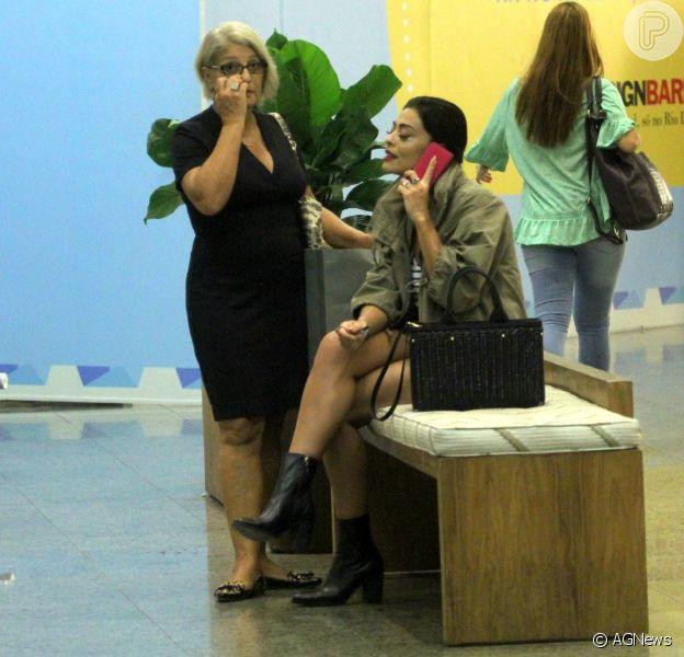 Juliana Paes aposta em bolsa de R$ 7 mil em passeio no shopping com a mãe nesta quarta-feira, dia 16 de março de 2016