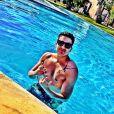 Luan Santana publica foto sem camisa dentro da piscina, exibindo o corpo em forma, nesta quinta-feira (26)
