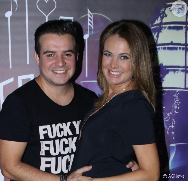 Thaís Pacholek, grávida de 8 meses do primeiro filho, Luis Miguel, assistiu ao show do marido, Belutti, da dupla com Marcos, em casa noturna de São Paulo na madrugada desta quinta-feira, 17 de março de 2016