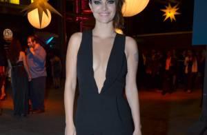 Mayana Neiva chama atenção com decote ousado durante Festival de Cinema no Rio