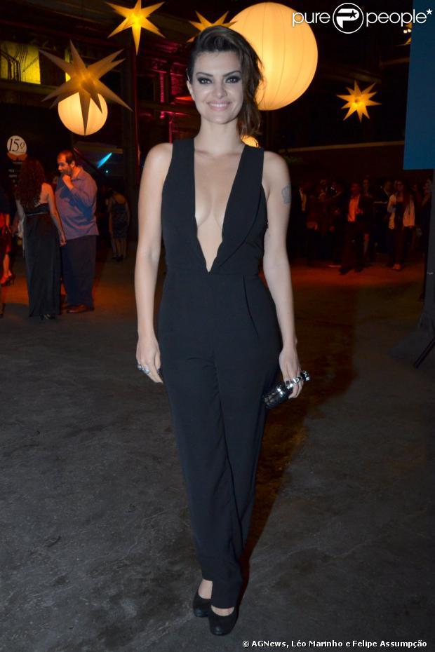 A atriz Mayana investiu em decote ousado para noite de evento no Rio de Janeiro