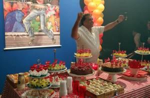Dennis Carvalho comemora 67 anos com festa nos bastidores de 'Sangue Bom'
