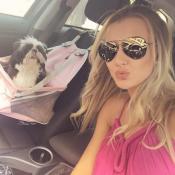 Ana Paula Siebert passeia de carro com cadela e fãs comentam: 'Muito pra poucos'